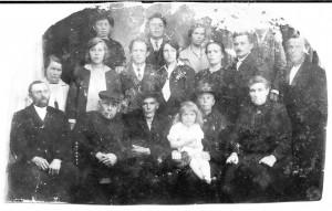 Familie Laverman en Veenstra tijdens een bruiloft